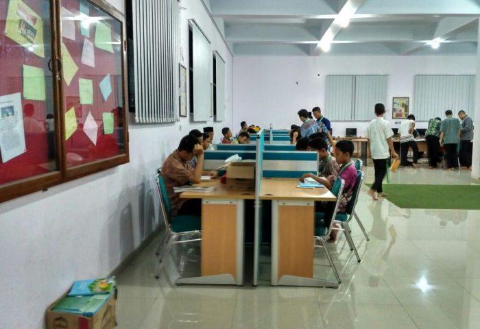 Santri sedang membaca di Perpustakaan Daar el-Qolam 2