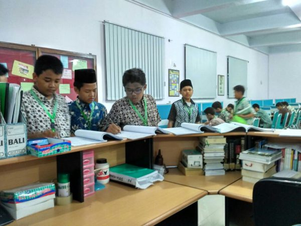 Santri sedang membaca di Perpustakaan Daar el-Qolam 2  - IMG 20161114 WA0013 600x450 - Membangun Budaya Literasi di Sekolah