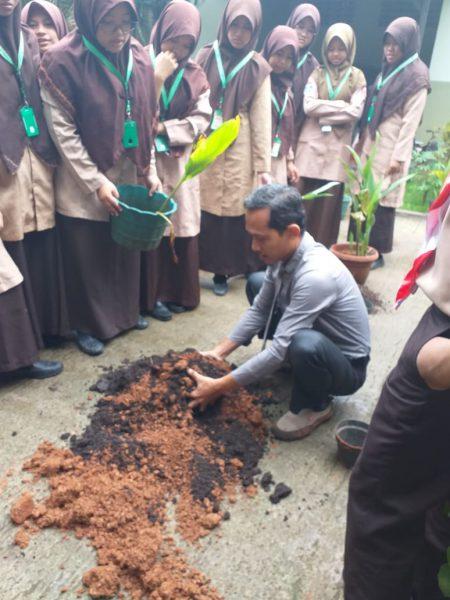 Ust. Muttaqien Mafaza dalam KBM  - IMG 20190308 WA0000 450x600 - Tanah dan Keberlangsungan Kehidupan
