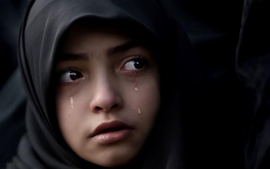 Muslimah Menangis  - menangis - Menjadi Orang Asing di Dunia
