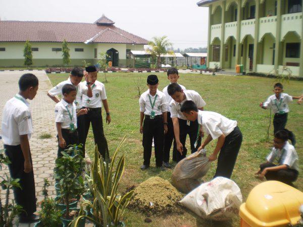 Siswa membuat media tanam  - mutt 2012 02 15 pic2 600x450 - Peran Pendidikan IPA Dalam Pembentukan Karakter Bangsa